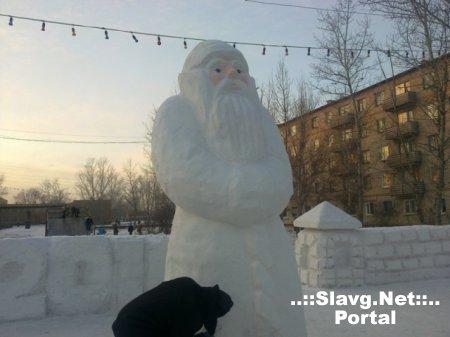 Снежный городок почти построили!!!